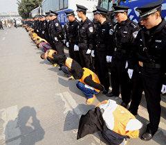 Китайская полиция показывает группу преступников осужденных к смертной казни. Архивное фото
