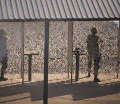 Солдаты во время пулевой стрельбы. Архивное фото