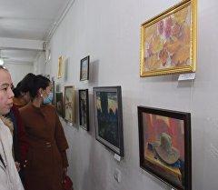 Посетители выставки живописи, посвященная году истории и культуры Кыргызстана в Оше