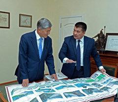 Президент Алмазбек Атамбаев Ош шаарынын мэри Айтмамат Кадырбаевди кабыл алуу учурунда.