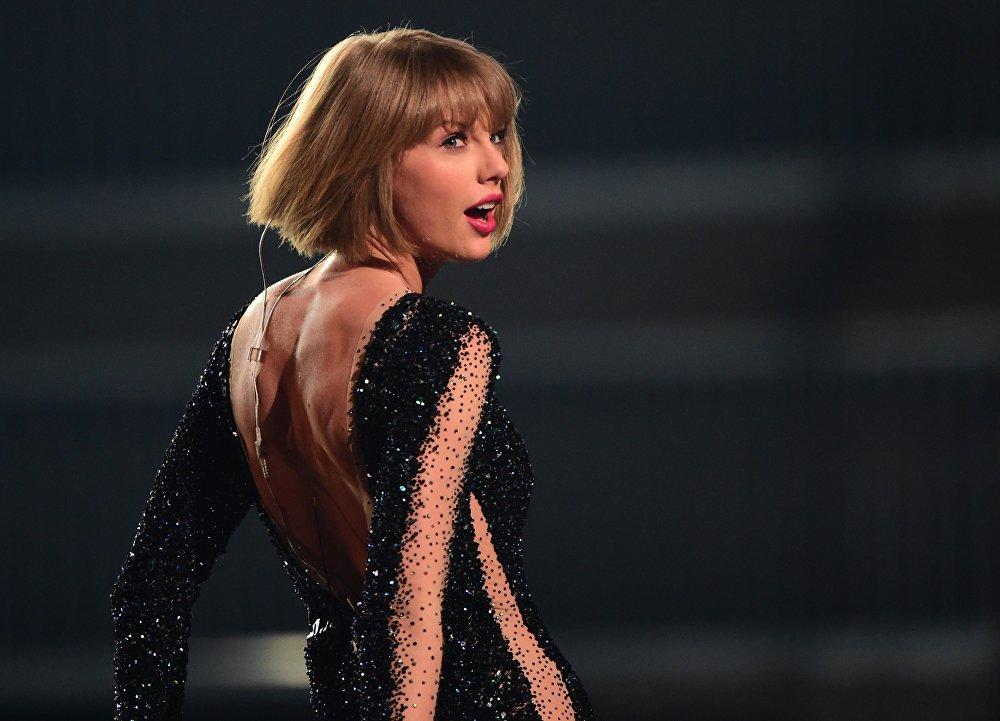 Американская певица Тейлор Свифт во время вручения премии Грэмми в Лос-Анджелесе