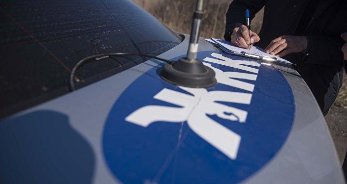 Сотрудник дорожно-патрульной службы оформляет протокол во время рейда. Архивное фото