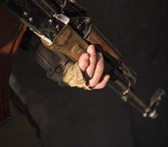 Военнослужащий с оружием в руке. Архивное фото