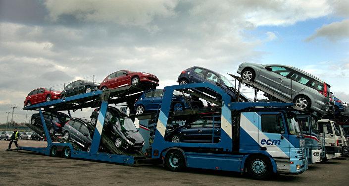 Загруженный автомобилями трал. Архивное фото