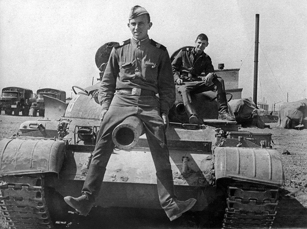 Андан соң Казакстандын Аягуз шаарында 180-танк полкунун 10810-аскер бөлүгүндө Т-62 танкасынын командири болгон