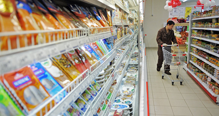 Посетитель супермаркета. Архивное фото