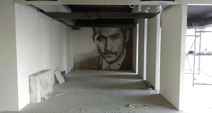 Арт-группа DOXA представила работу в новой для себя технике — вырезании портрета болгаркой на кирпичной стене