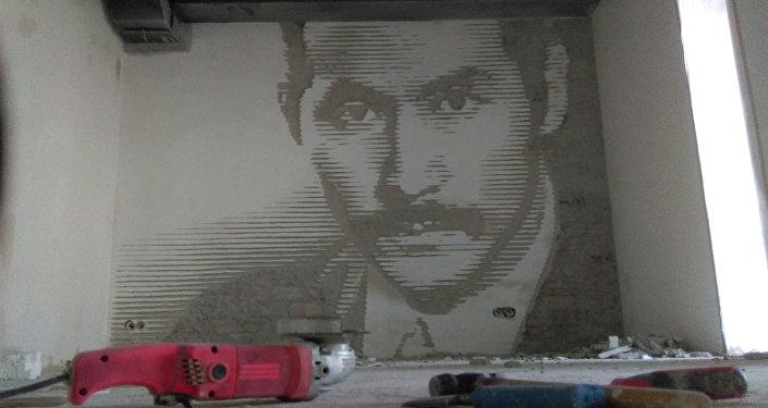 Портрет Суйменкула Чокморова вырезанный болгаркой на кирпичной стене арт-группой DOXA