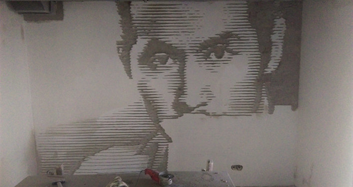 Для нанесения такого изображения художники использовали болгарку, зубило и молоток, предварительно обрисовав контуры карандашом