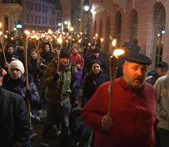 Тысячи националистов с зажженными факелами прошли по ночному Таллину