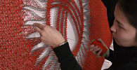 Тысячи гвоздей и 20 км нити — студенты изготовили знамя в честь Дня флага