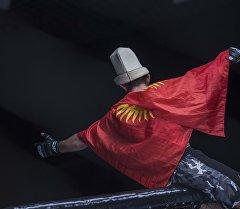 Кыргызстандын желегин жабынган спортчу. Архив