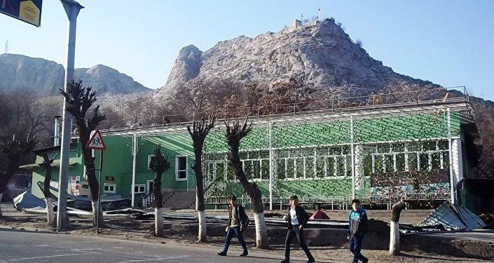 Сулайман-Тоо улуттук тарыхый-археологиялык музей-комплексинин аймагындагы Айдар-Ата кафеси бүгүн буздурулду.