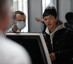 Посетитель в многофункциональном миграционном центре Москвы. Архивное фото