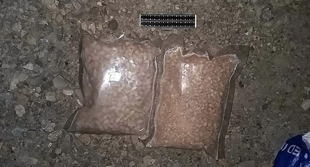 Обнаруженный у гражданина два отдельных свертка в виде комков, гранул и порошка героина. Вес изъятых наркотических средств составил 2 кг.