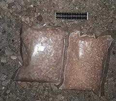 Обнаруженный у гражданина два отдельных свертка в виде комков, гранул и порошка героина.