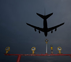 Самолет заходит на посадку в аэропорту. Архивное фото