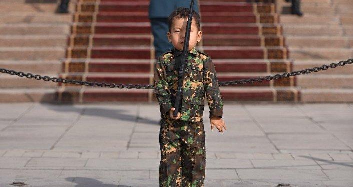 Строевой шаг трехлетнего Сердара у поста №1 в Бишкеке
