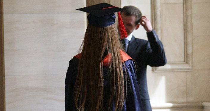 Выпускник высшего образования в мантии. Архивное фото