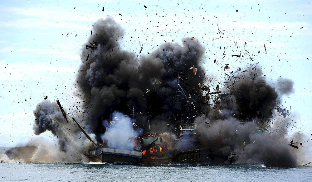 Уничтожение конфискованных за незаконный лов рыбы судов в Индонезии
