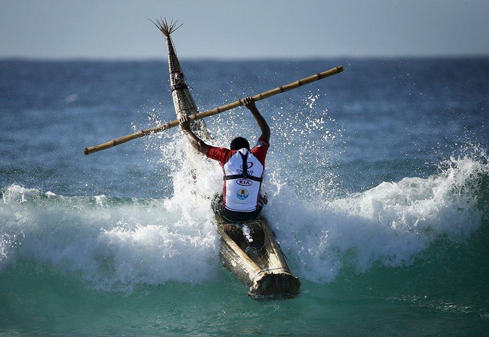 Перуанский серфер Карлос Ареола в Австралии