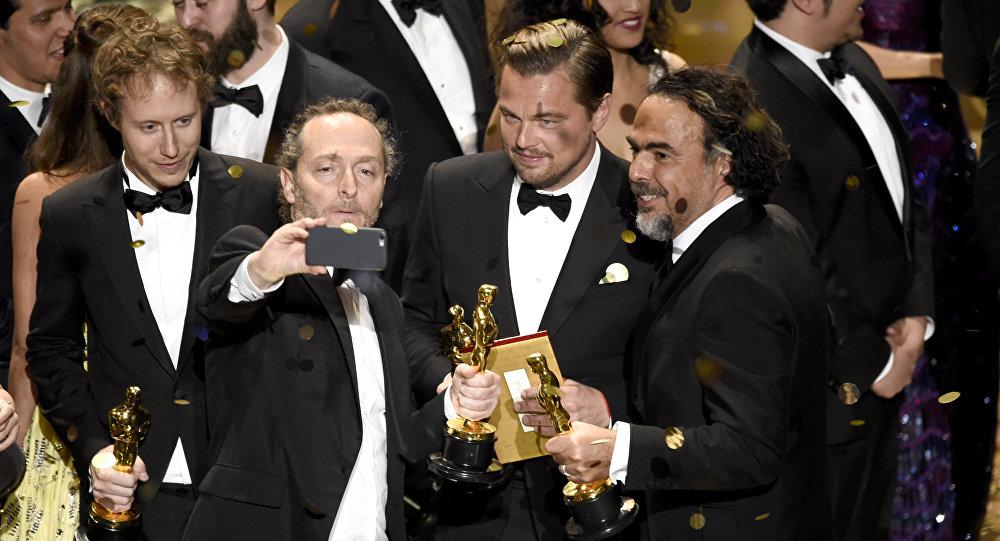 Актер Леонардо ди Каприо и режиссер Алехандро Гонсалесом Иньярриту на церемонии вручения награды киноакадемии США Оскар.