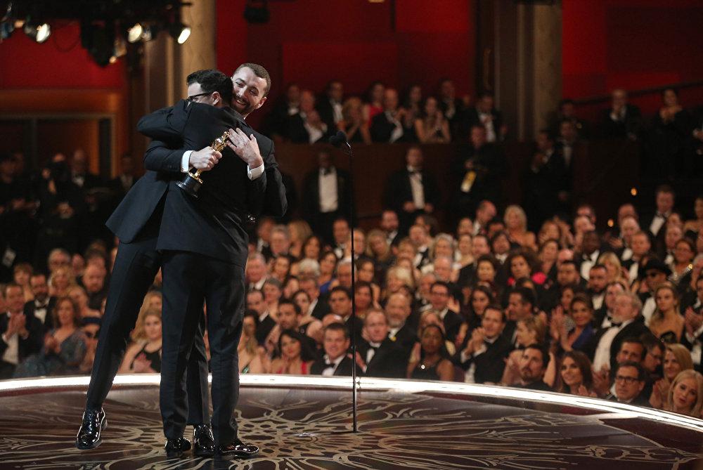 Певец Сэм Смит завоевал Оскар за лучшую песню к фильму Spectre. Победу ему принесла композиция Writing's on the Wall