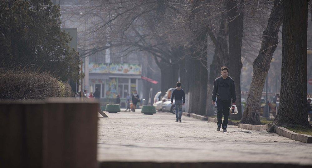 Люди на улицах города Бишкек. Архивное фото
