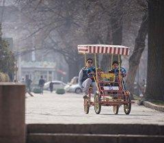 Бишкек паркында эс алып жүргөн балдар. Архив