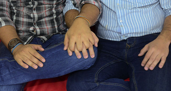 Архивное фото мужчин, которые держатся за руки