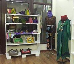 Дүкөндөгү кыргызстандык дизайнер-мастерлердин колунан чыккан буюмдар
