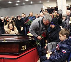 Церемония прощания с шахтерами, погибшими в результате аварии на шахте Северная, в спортивном комплексе Олимп в Воркуте.