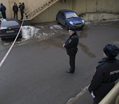 Сотрудники полиции возле станции метро Октябрьское поле где была задержана женщина