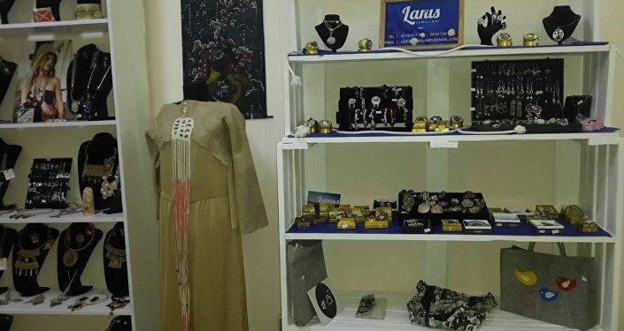 Магазин открылся на днях. В ассортименте — работы кыргызских дизайнеров, ремесленников и модная одежда, разработанная отечественными модельерами