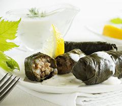 Долма - мясной фарш, сваренный в маринованных виноградных листьях, - одно из блюд национальной армянской кухни. Архивное фото