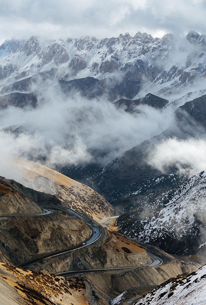 ...жана Дүйнөнүн чокусу болгон – Акбайтал ашуусу (4655 метр)