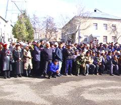 Кыргызнефтегаздын жумушчулары депутат Момбековду сотко бермей болушт