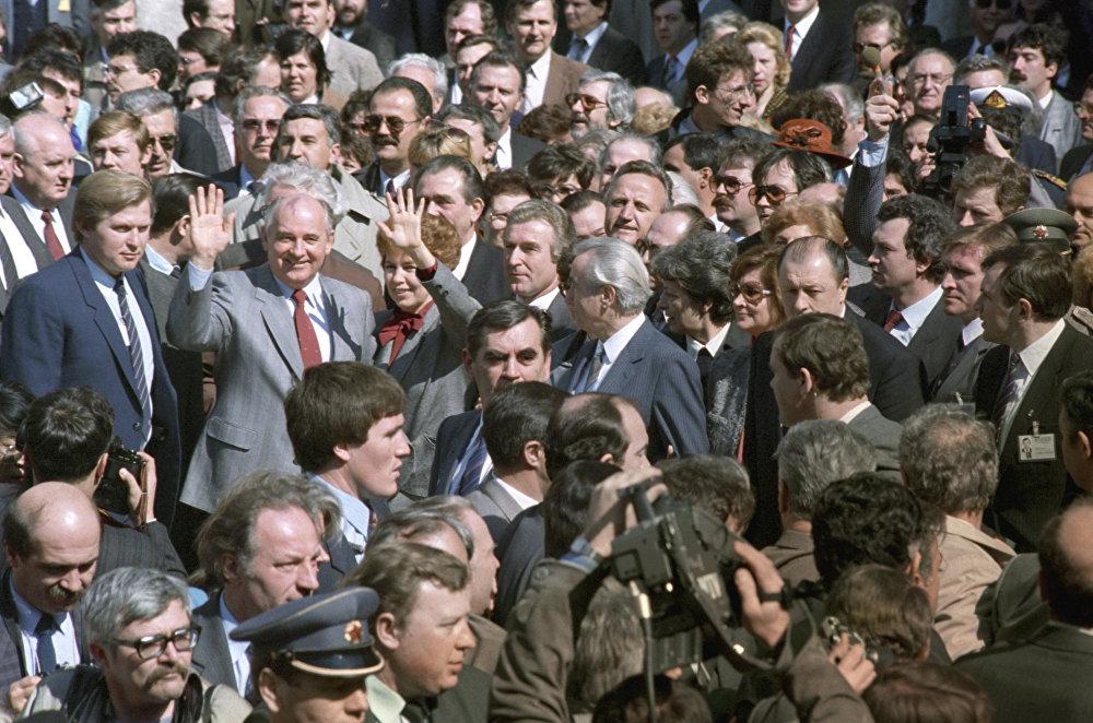 Леонид Брежневдин түшүнүксүз тилинен кийин Михаил Горбачевдун сөзү мазмуну жагынан да, формасы жагынан да кескин айырмаланып турган.  Сүрөттө: Михаил Горбачевдун 1988-жылдын март айында Югославияга болгон сапары