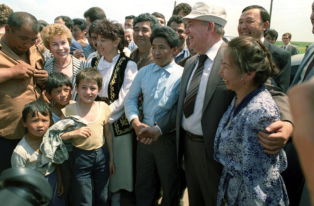 Михаил Горбачев биринчи болуп эл аралып, СССРдин тышкы саясатын өзгөрттү, ачык-айкындуулукту колдоду