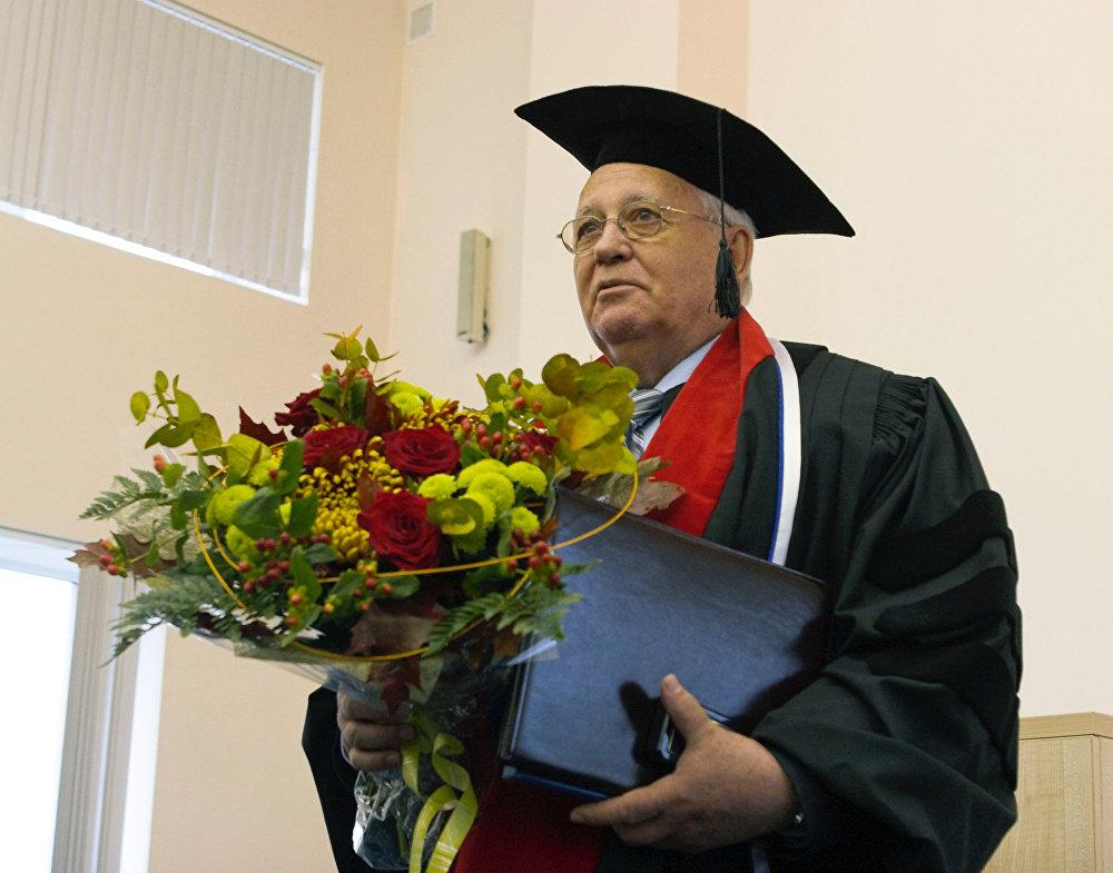 1990-жылы Михаил Горбачевго тынчтыктын өкүм сүрүүсүнө кошкон салымы үчүн Нобель сыйлыгы тапшырылган. Бүгүнкү күндө ал аталган сыйлык ыйгарылган Россиядагы экинчи адам. Ага чейин Нобель сыйлыгы 1975-жылы Андрей Сахаровго берилген. Саясый куугунтукта жүргөн Сахаровду Горбачев өлкөгө кайтарган