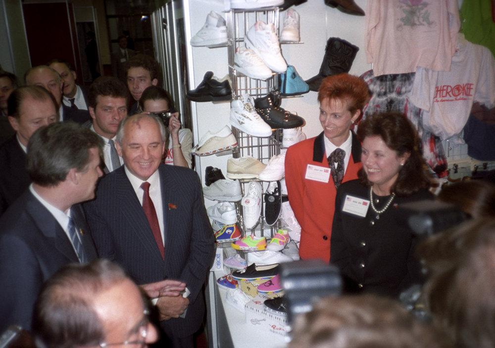 ССКП БКнын башкы катчысы Михаил Горбачев менен ССКП БКнын саясий кеңешинин мүчөсү, СССР министрлер кеңешинин төрагасы Николай Рыжков америкалык товарлардын көргөзмөсүндө