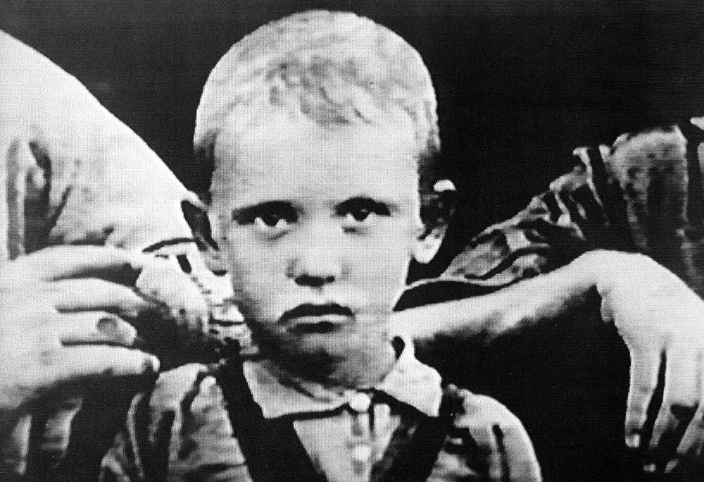 Михаил Горбачев РСФСРдин Түндүк-Кавказ крайынын Привольный айылында төрөлгөн. Эмгек жолун Улуу Ата Мекендик согуштан кийин баштап, 15 жашында машина-трактор станциясында механизатор болуп иштеген. Сүрөттө: Михаил Горбачев, 1935-жыл