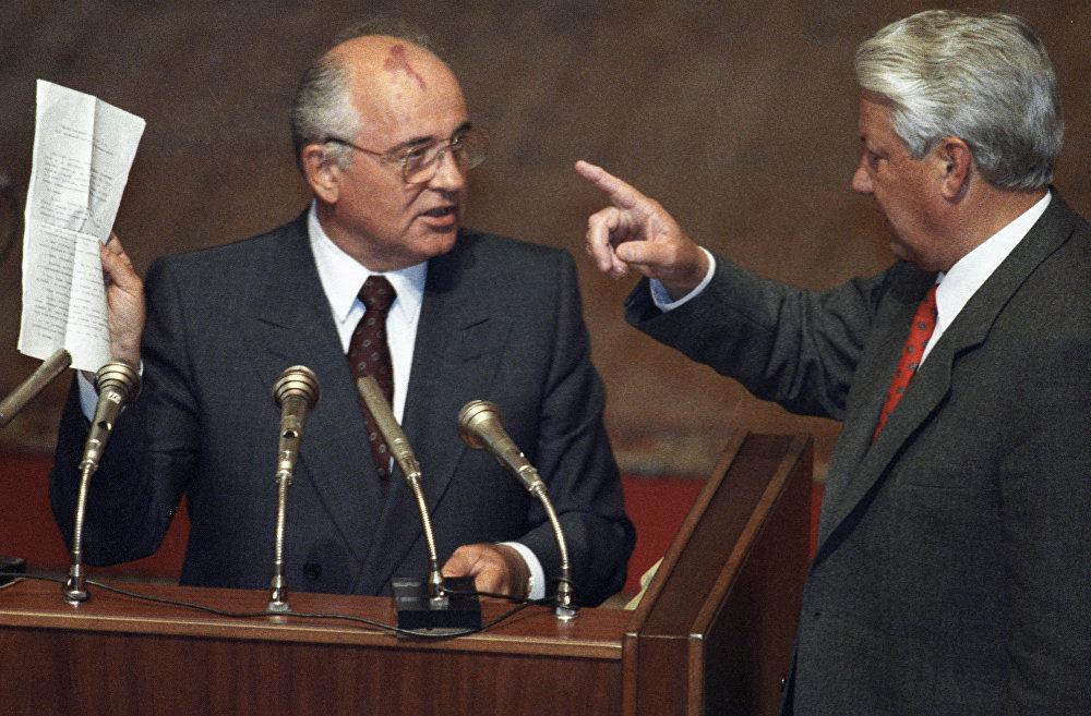 1991-жылдын 19-августунда Горбачевдун санаалаштары ӨКМК (ГКЧП) түзүлгөнүн жар салышкан. Алар Крымда эс алып жүргөн президенттен өлкөгө өзгөчө кырдаал жарыялоону же бийликти убактылуу вице-президент Геннадий Янаевге өткөрүп берүүсүн талап кылышкан. Горбачев бул талапты кабыл албай, Форостон үч күнгө чейин чыга албай калган. 1991-жылдын 25-декабрында Беловеж макулдашуусунан кийин Горбачев СССР президенти катары ишмердүүлүгүн токтотконун жарыялап, стратегиялык өзөктүк куралды башкарууну Россиянын президенти Борис Ельцинге өткөрүп берген