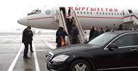 Президент Атамбаев обнялся с Бельяниновым в московском аэропорту