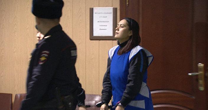 Подозреваемая в убийстве ребенка ответила на вопросы журналистов в суде
