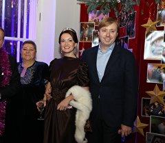 Александр Масляков и Александр Масляков-младший с супругами. Архивное фото