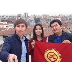 Дүйнөнүн төрт бурчундагы мекендештер колуна желек кармап Кыргызстанга