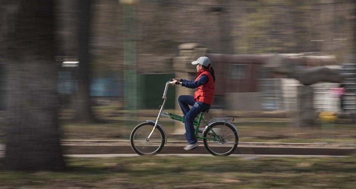 Девочка катается на велосипеде. Архивное фото