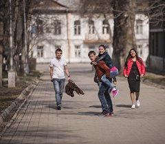 Молодые люди на одном из аллей в Бишкеке. Архивное фото