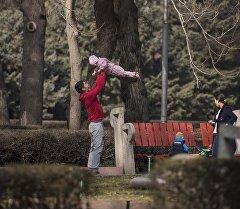 Папа подкидывает радостную дочурку. Архивное фото